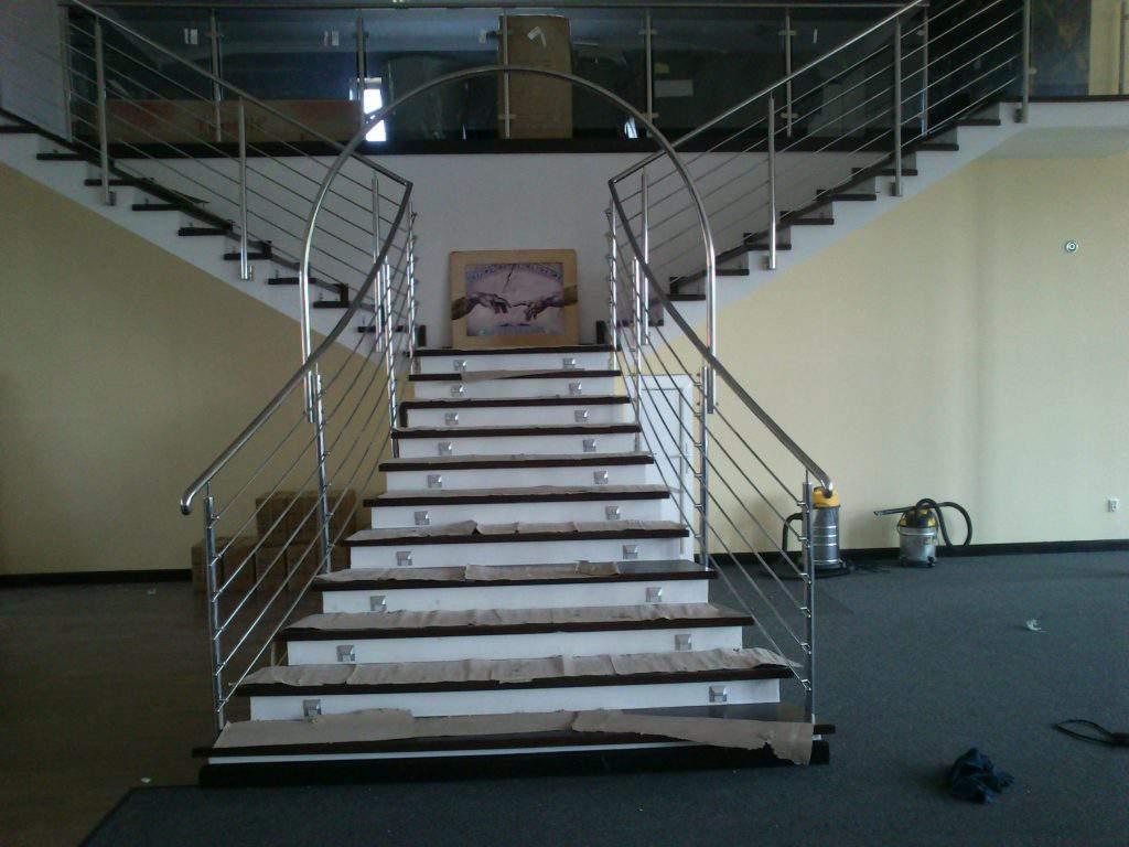 Balustrada nierdzewna z łukiem