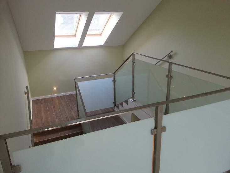 Balustrada ze szkłem na schodach
