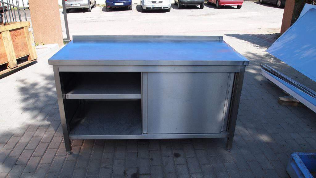 Stół z drzwiami przesuwnymi